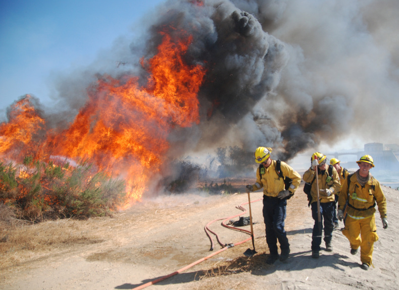 LAFD contains brush fire on both sides of Burbank Boulevard in Sepulveda Basin
