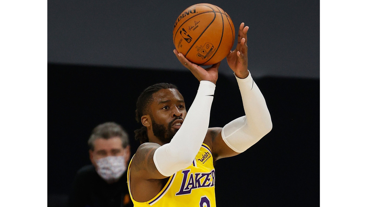 Lakers' Wes Matthews enjoys breakthrough night as he adapts to bench role